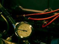 エンジンルームにセットした燃圧計