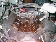 インマニを取り外したアストロのエンジンルーム
